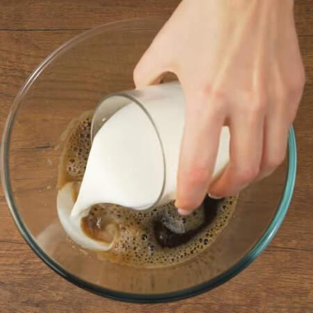 В эту же смесь наливаем 150 мл молока.