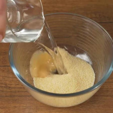 В мисочку насыпаем 40 г желатина и наливаем 150 мл холодной воды.