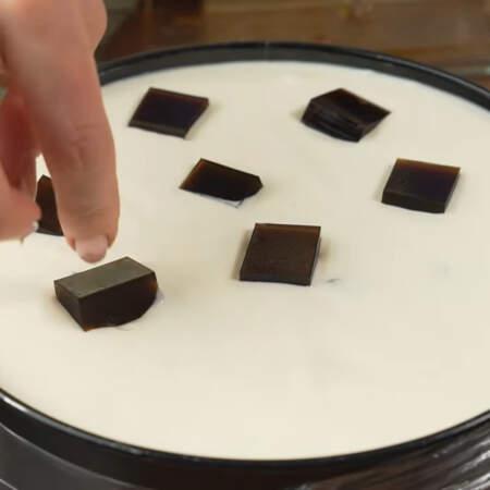 Сверху торт украшаем оставшимися желейными кубиками.