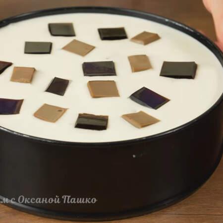 Для того, чтобы торт красиво вышел из формы, бока формы нужно прогреть феном. Если спешите, то можно просто сбоку пройтись ножом. Если делаете торт в миске или кастрюле то ее нужно опустить в горячую воду на несколько секунд.