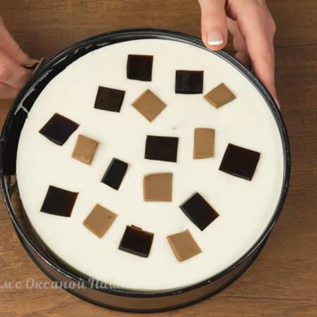 Торт аккуратно переставляем на блюдо
