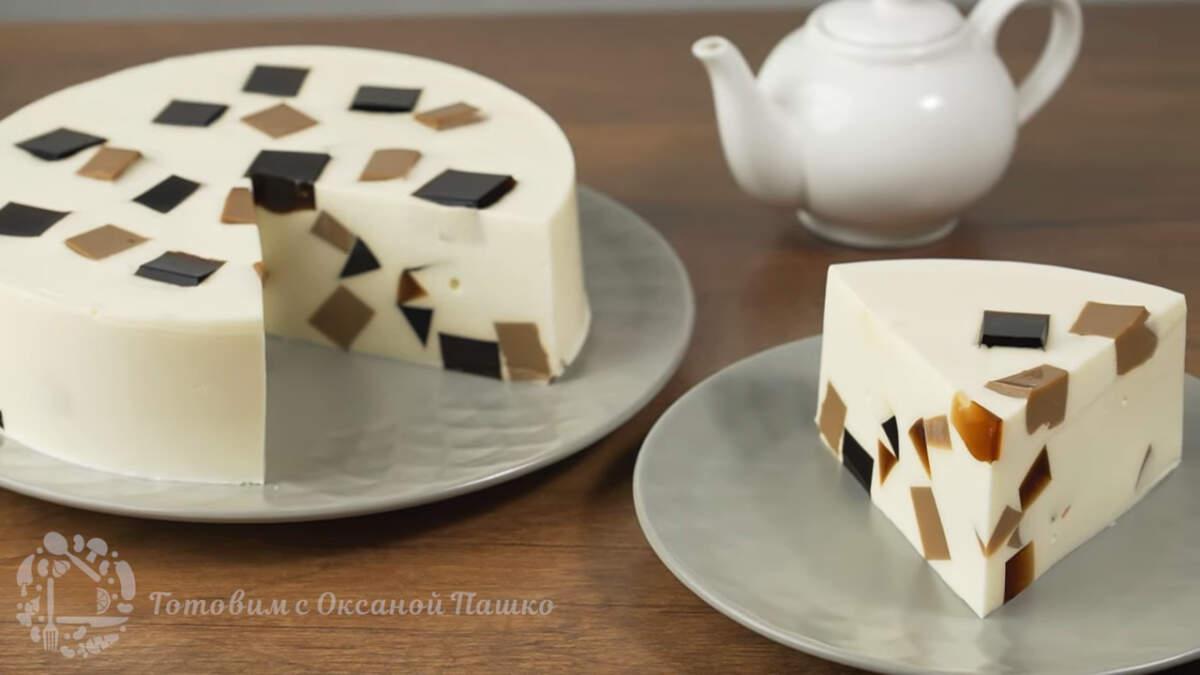 Сметанный торт с кофейным желе получился красивым и очень вкусным. Ароматные кофейные кубики придают особую изюминку нежному сметанному слою. По внешнему виду достаточно тяжело догадаться с чем этот особенный торт. Такой торт точно понравится всем любителям желейных тортов и кофе.