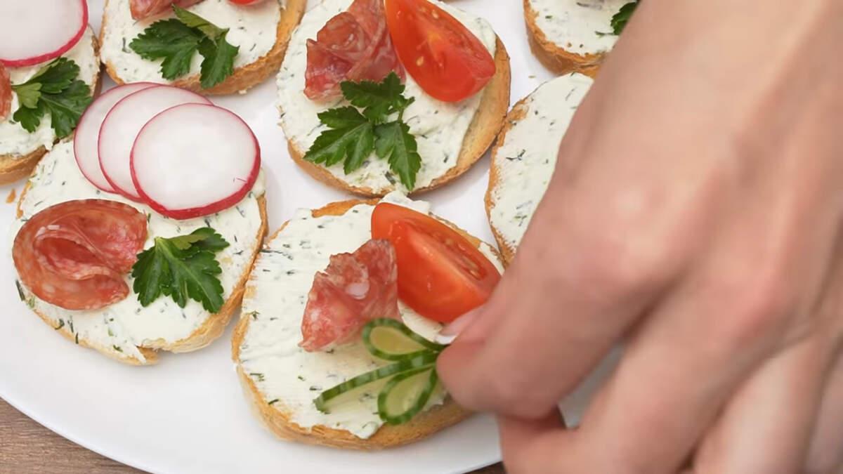 На Следующие бутерброды точно также кладем колбасу, четвертинку помидора и подготовленный огурец.