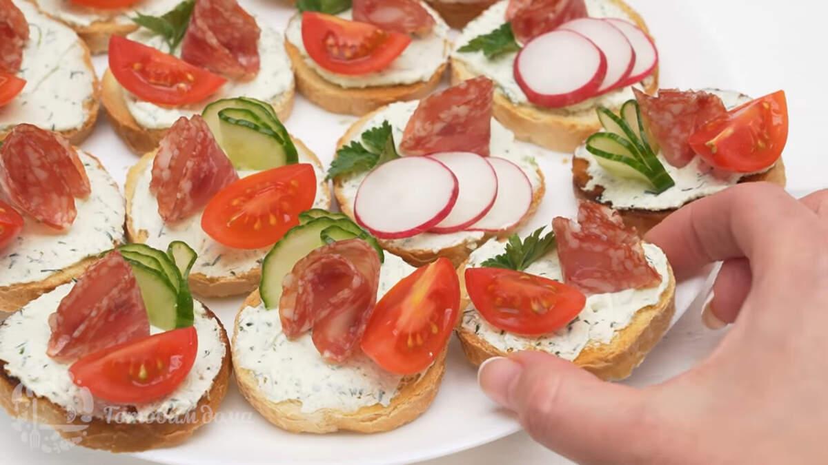 И еще один вариант бутербродов с колбасой, помидором и петрушкой.