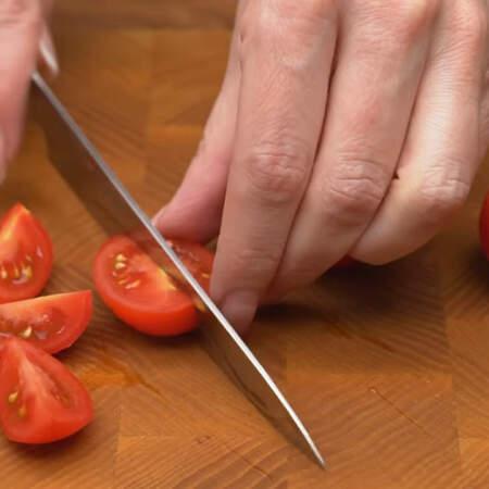 Подготовим все остальные ингредиенты. Помидоры черри нарезаем четвертинками.