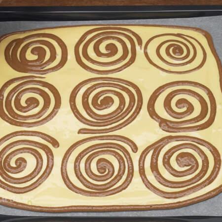 Шоколадное тесто, которое осталось распределяем по периметру белого теста.