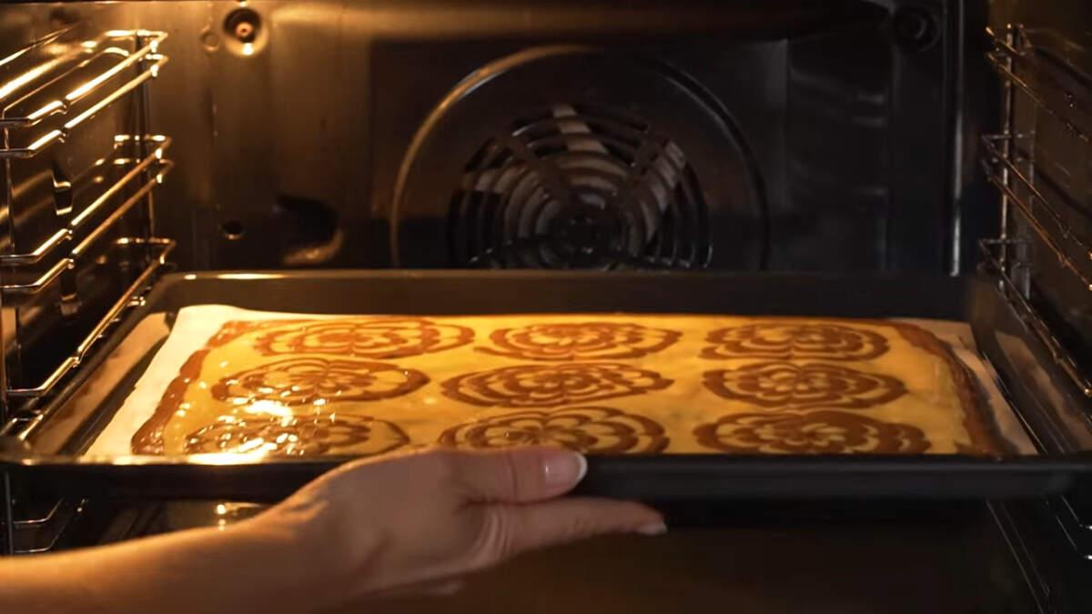 Подготовленный бисквит ставим в духовку разогретую до 180 град. Выпекаем приблизительно 15-18 минут.