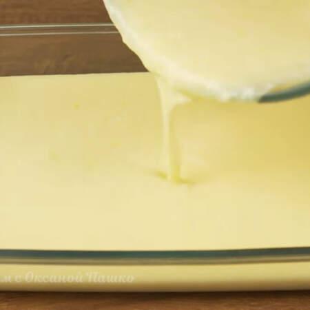 Готовое тесто переливаем в форму.