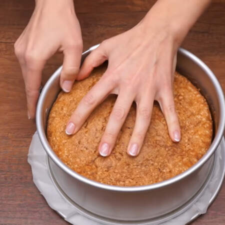 Испеченный бисквит уже остыл, вынимаем его из формы.