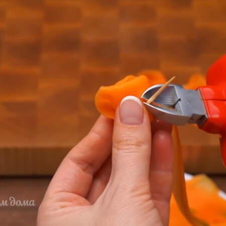 Хвостики зубочистки откусываем кусачками, чтобы они не мешали