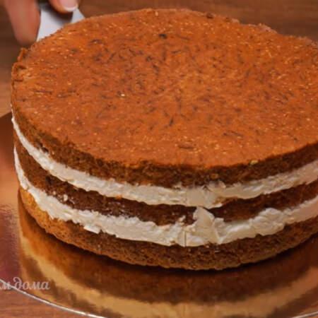 Торт застыл. Снимаем кольцо, ацетатную пленку. Переставляем торт на подставку.