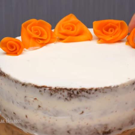 Торт украшаем морковными розочками.