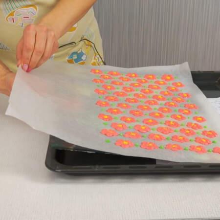 Рисунок на пергаменте переносим на поднос или доску и ставим в морозильную камеру.