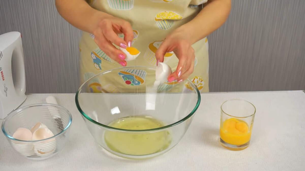 Пока будут замораживаться цветы, приготовим бисквитное тесто.  5 яиц разделяем на желток и белок.