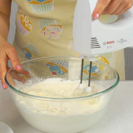 Перемешиваем недолго на самых низких оборотах миксера или используем лопатку. Тесто не должно осесть.