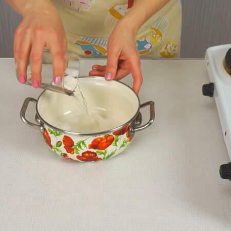 Пока печется бисквит, готовим сироп. Смешиваем по 1/3 стакана сахара и воды и ставим на огонь.