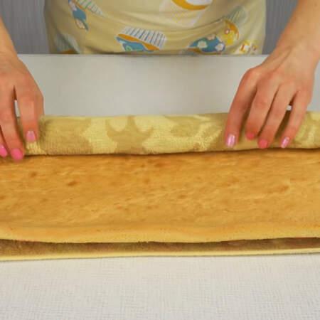 Остывший бисквит разворачиваем и убираем полотенце.