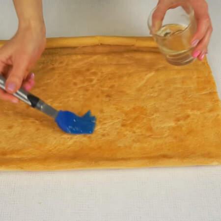 Бисквит хорошо пропитываем приготвленным сиропом.