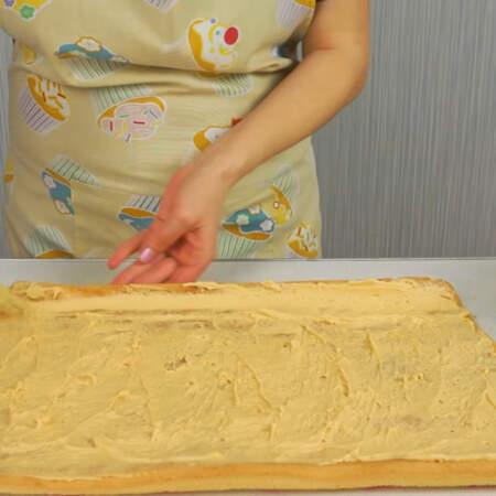 На пропитанный бисквит равномерно наносим крем.