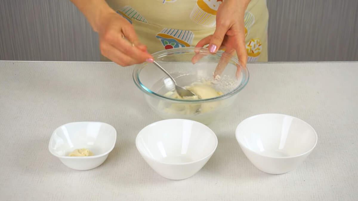 Получившееся тесто разделяем на три неравные части.