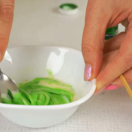 Самую маленькую порцию теста окрашиваем в зеленый цвет.