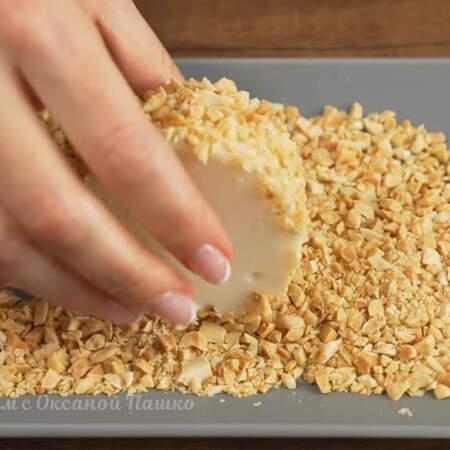 Десерт по бокам обмакиваем в рубленый арахис
