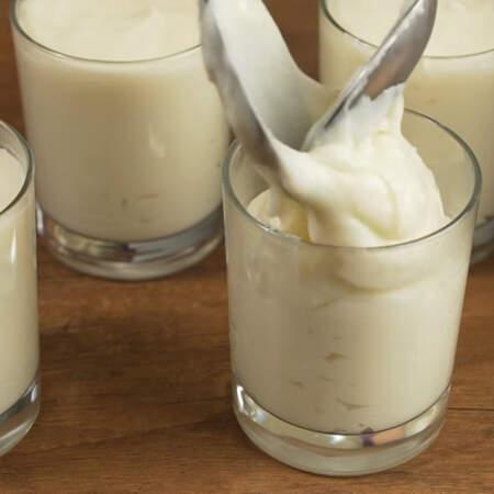 Не дожидаясь остывания разливаем приготовленный крем в стеклянные стаканчики. Стаканы обязательно должны расширяться кверху или быть ровными, для того, чтобы потом десерт можно было вынуть из стакана. Из этого количества ингредиентов у меня получилось 4 стакана по 250 мл.