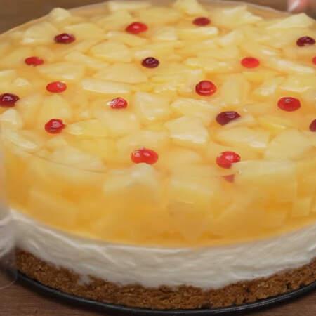Застывший торт вынимаем из формы и снимаем ацетатную пленку.