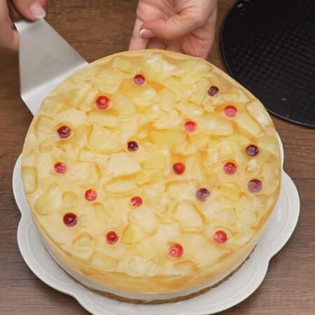 Торт переставляем на блюдо и подаем на стол.