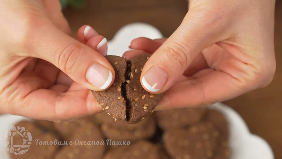 Печенье получилось в меру сладкое с легкой шоколадной горчинкой и приятным кунжутным ароматом. Готовится оно просто и быстро. Такое печенье отлично подходит для домашнего чаепития на каждый день.