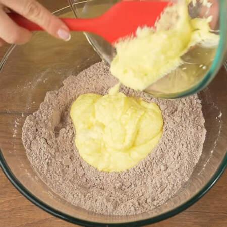 Масляную смесь перекладываем в миску с мучной смесью. Все перемешиваем сначала лопаткой, а затем руками.