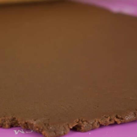 Готовое тесто раскатываем на столе. Толщина теста должна получится около 5 мм.