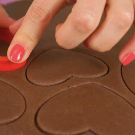 Формочкой в виде сердечка вырезаем печенье.