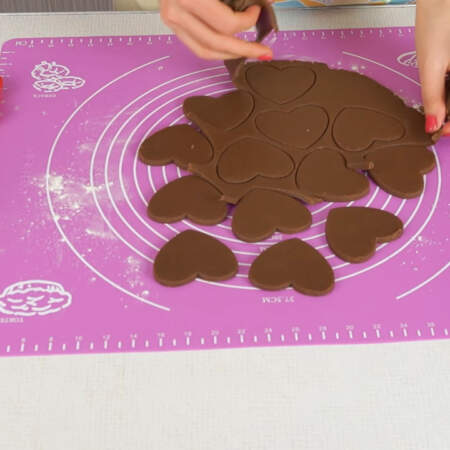 Лишнее тесто снимаем, опять раскатываем и вырезаем печенье.
