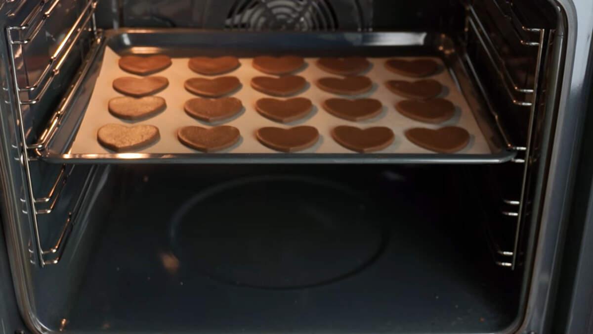 Все ставим в духовку разогретую до 180 град. и выпекаем примерно 10 минут.