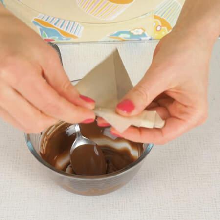 Отрезаем кончик корнетика и наносим шоколадом полосы на пряничные сердечки.