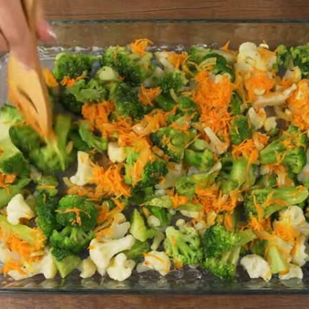 Овощи равномерно распределяем по всей форме.
