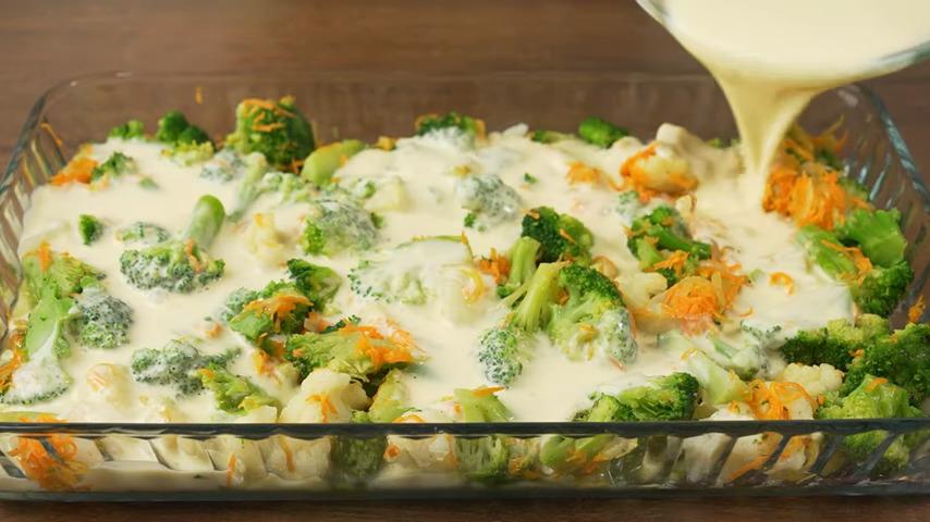 Приготовленную смесь равномерно выливаем на овощи.