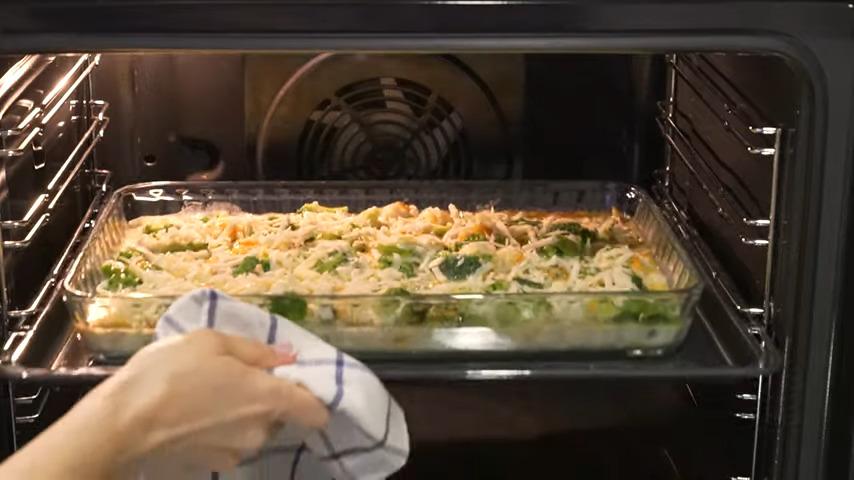Все ставим в духовку разогретую до 180 градусов. Запекаем приблизительно 35-40 минут.