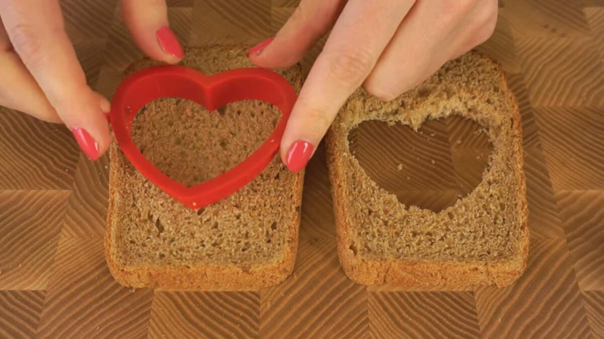 Берем 2 куска хлеба и вырезаем формочкой для печенья в каждом из кусков сердечко.
