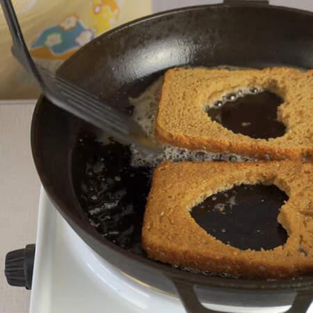 Выкладываем хлеб на сковороду, немного обжариваем хлеб с одной стороны и переворачиваем на другую сторону.
