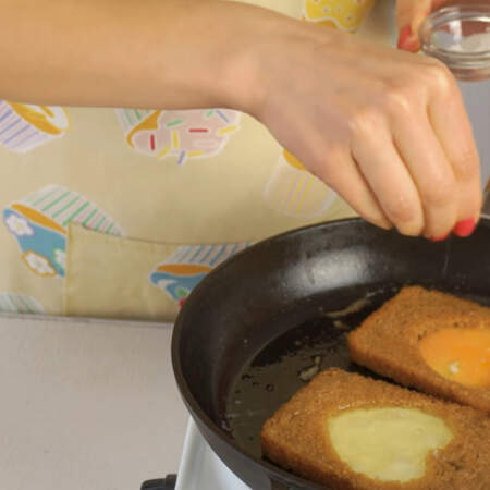 Яйца солим по вкусу.