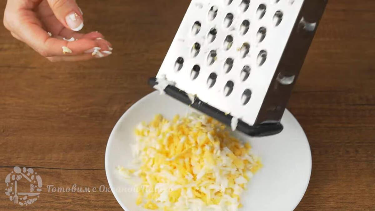 Оставшиеся яйца трем на крупной терке.