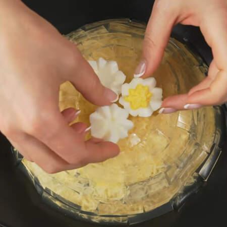 Сверху салат украшаем цветами из яиц.