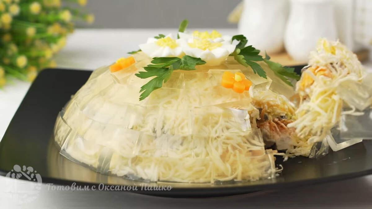 Хрустальный салат получился красивым и необычным, он сразу же к себе притягивает взгляд. Кроме того он очень вкусный сытный.  Этот салат станет отличным украшением любого праздничного стола.