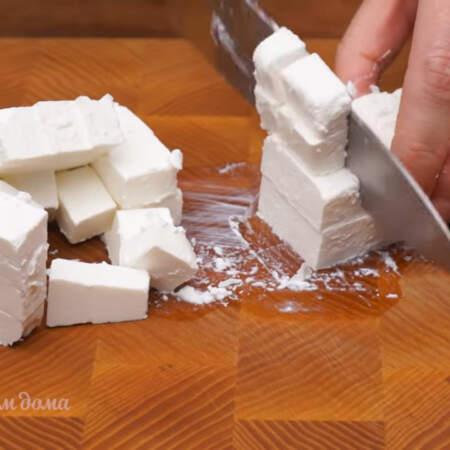 200 г сыра фета нарезаем кубиками размером около 1,5 см. Вместо сыра фета можно использовать адыгейский сыр или моцареллу.