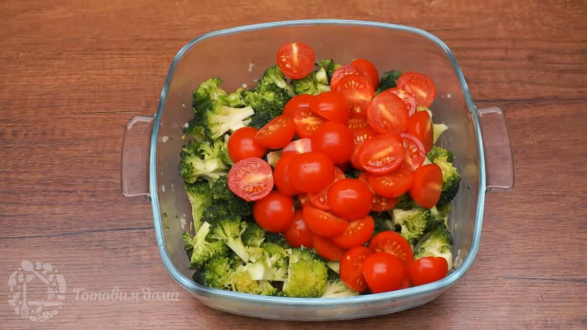 К маринованной брокколи добавляем нарезанные помидоры и немного перемешиваем.