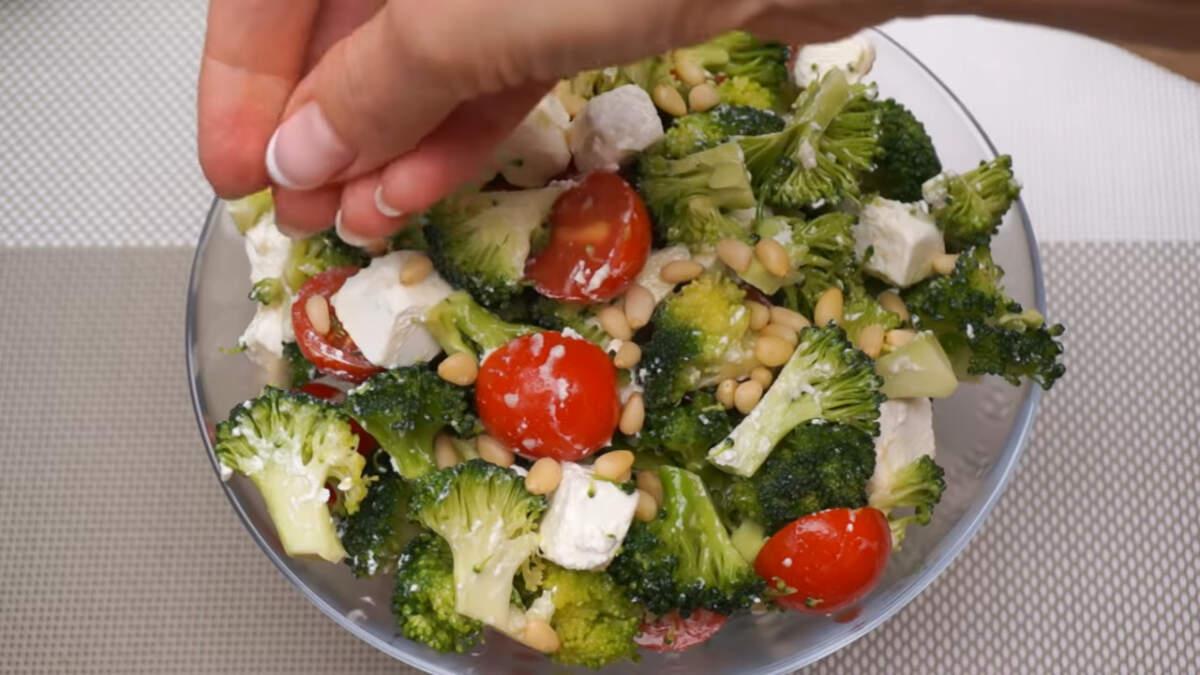 Салат перекладываем в миску в которой будем подавать его на стол. Сверху салат посыпаем кедрОвыми орешками. Их можно заменить кунжутными семечками или любыми другими орешками. Салат готов, можно подавать на стол.