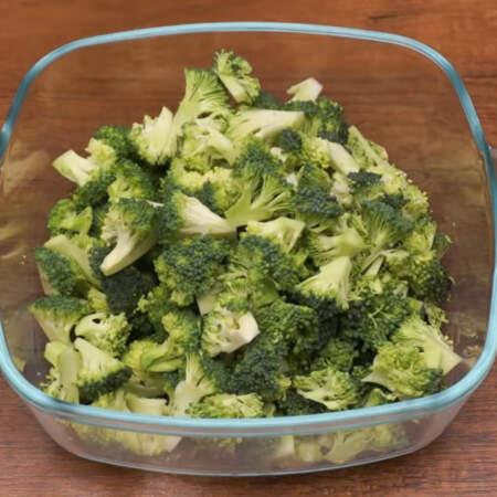 Подготовленную капусту брокколи перекладываем в небольшую кастрюлю или миску с крышкой.