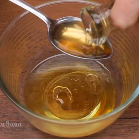 Готовим заправку. В отдельную мисочку наливаем 7 ст. л. растительного масла я взяла оливковое, но можно взять и подсолнечное нерафинированное масло. К маслу добавляем 4 ст. л. яблочного или винного уксуса, также можно взять лимонный сок.